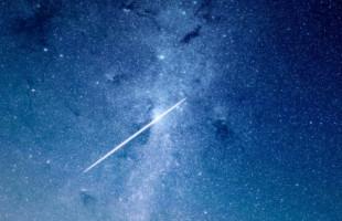 Noční obloha o prázdninách: Starlink i Neowise, nejjasnější kometa posledních let