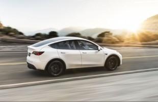 Tesla začala prvním zákazníkům dodávat nový elektromobil Model Y