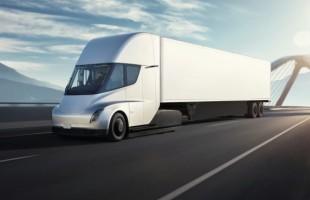 Elektrický kamion Tesla Semi bude na trhu později, ale ujede více kilometrů na jedno nabití