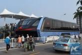 Číňané představili revoluční autobus. Pohybuje se nad vozy a netrpí tak na dopravní zácpy
